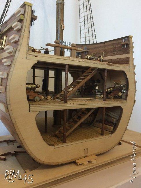 Средняя часть корпуса галеона XVII века с внутренним убранством как дополнение к модели парусного корабля «Сан Джовани Батиста» (св. Иоанн Креститель) от DeAgostini в серии журналов «Великие парусники» за 2010-2012 гг. Высота 66,4 см, ширина 16 см, длина 12 см. фото 23