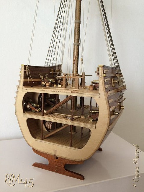 Средняя часть корпуса галеона XVII века с внутренним убранством как дополнение к модели парусного корабля «Сан Джовани Батиста» (св. Иоанн Креститель) от DeAgostini в серии журналов «Великие парусники» за 2010-2012 гг. Высота 66,4 см, ширина 16 см, длина 12 см. фото 32