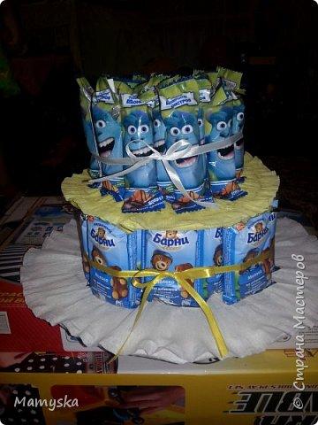 Вот такой тортик со сладостями в садик получился за 2,5 часа) Всех конфет по 30 шт. Не судите строго - такая работа впервые в жизни!)) фото 6
