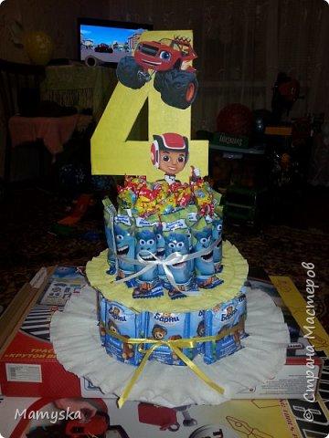 Вот такой тортик со сладостями в садик получился за 2,5 часа) Всех конфет по 30 шт. Не судите строго - такая работа впервые в жизни!)) фото 1