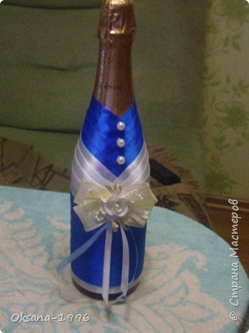 Здравствуйте! Меня зовут Оксана, я совсем недавно начала заниматься декором бутылок. Эта идея уже давно сидела у меня в голове, ведь это так красиво, но вот руки всё никак не доходили, и, вот, наконец-то, я смогла взяться за это! Прошу вас оценить мои начинания))) Простите, фотографии не очень хорошего качества. фото 2