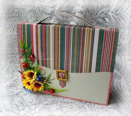 Еще один портфель с вкусным наполнителем внутри был подарен учителю.  фото 2