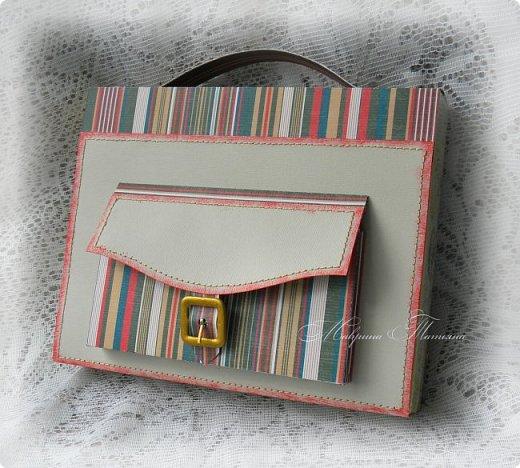 Еще один портфель с вкусным наполнителем внутри был подарен учителю.  фото 4