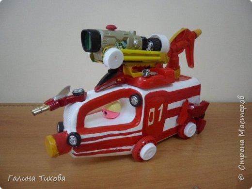 """Вот такую пожарную машину можно сделать из бросового материала. В её изготовлении использованы пластиковый контейнер из под моющего средства, пулевизатор, крышки от молочных контейнеров, лом от детских игрушек, красная акриловая краска, клей """"Титан"""". фото 2"""