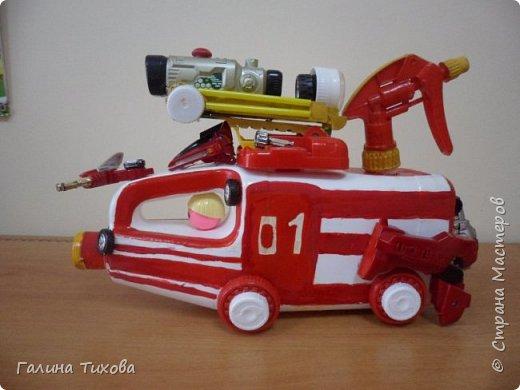 """Вот такую пожарную машину можно сделать из бросового материала. В её изготовлении использованы пластиковый контейнер из под моющего средства, пулевизатор, крышки от молочных контейнеров, лом от детских игрушек, красная акриловая краска, клей """"Титан"""". фото 3"""
