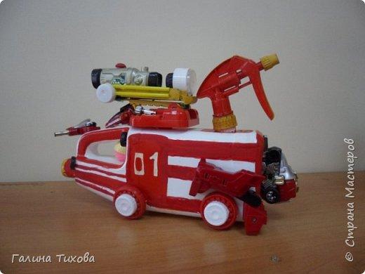 """Вот такую пожарную машину можно сделать из бросового материала. В её изготовлении использованы пластиковый контейнер из под моющего средства, пулевизатор, крышки от молочных контейнеров, лом от детских игрушек, красная акриловая краска, клей """"Титан"""". фото 4"""