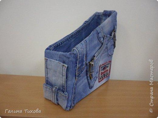 Зачастую в гардеробе любого из нас накапливаются вещи уже изношенные, например джинсы, которые и выбросить жалко и в шкафу занимают достаточно много места. Джинс – материал очень прочный и практичный. Поэтому рекомендую использовать его для изготовления поделок своими руками. фото 2