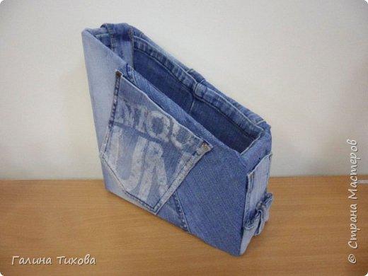 Зачастую в гардеробе любого из нас накапливаются вещи уже изношенные, например джинсы, которые и выбросить жалко и в шкафу занимают достаточно много места. Джинс – материал очень прочный и практичный. Поэтому рекомендую использовать его для изготовления поделок своими руками. фото 4