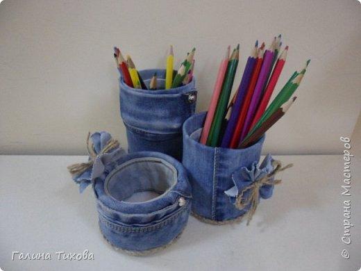 Зачастую в гардеробе любого из нас накапливаются вещи уже изношенные, например джинсы, которые и выбросить жалко и в шкафу занимают достаточно много места. Джинс – материал очень прочный и практичный. Поэтому рекомендую использовать его для изготовления поделок своими руками. фото 10
