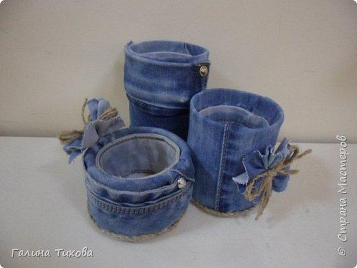 Зачастую в гардеробе любого из нас накапливаются вещи уже изношенные, например джинсы, которые и выбросить жалко и в шкафу занимают достаточно много места. Джинс – материал очень прочный и практичный. Поэтому рекомендую использовать его для изготовления поделок своими руками. фото 11