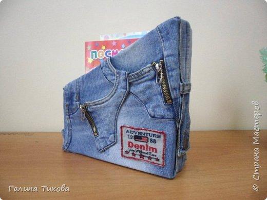 Зачастую в гардеробе любого из нас накапливаются вещи уже изношенные, например джинсы, которые и выбросить жалко и в шкафу занимают достаточно много места. Джинс – материал очень прочный и практичный. Поэтому рекомендую использовать его для изготовления поделок своими руками.