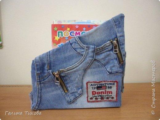 Зачастую в гардеробе любого из нас накапливаются вещи уже изношенные, например джинсы, которые и выбросить жалко и в шкафу занимают достаточно много места. Джинс – материал очень прочный и практичный. Поэтому рекомендую использовать его для изготовления поделок своими руками. фото 5