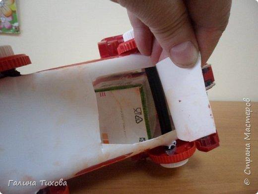 """Вот такую пожарную машину можно сделать из бросового материала. В её изготовлении использованы пластиковый контейнер из под моющего средства, пулевизатор, крышки от молочных контейнеров, лом от детских игрушек, красная акриловая краска, клей """"Титан"""". фото 5"""
