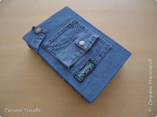 Зачастую в гардеробе любого из нас накапливаются вещи уже изношенные, например джинсы, которые и выбросить жалко и в шкафу занимают достаточно много места. Джинс – материал очень прочный и практичный. Поэтому рекомендую использовать его для изготовления поделок своими руками. фото 9