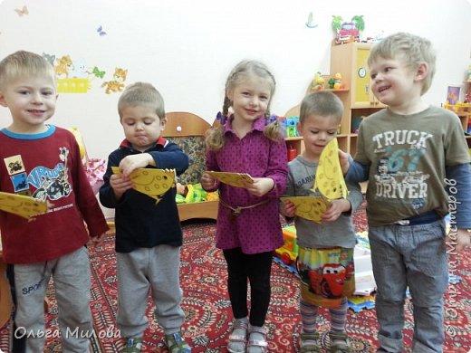 Здравствуйте, уважаемые жители Страны! Сегодня я расскажу вам о выставке сказки, которая проходила у нас в саду. Участники выставки: дети, родители, воспитатели. Петушок и курочка. Коллективная работа моей младшей группы. Вырезала петушка и курочку из картона. Обклеили полностью салфетками (гофротрубочки + торцевание + шарики из салфеток) фото 18