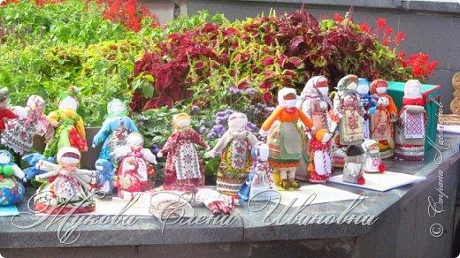 """У нас в области проходил фестиваль Славянские истоки. По приглашению организаторов фестиваля, Центра народного творчества, в нем участвовали я и моя дочь.  Я с народными куклами,дочь с вязаными крючком игрушками. Покажу вам своих """"деток"""", Сначала-куклы столбушки. Все они локтевого размера. Так просили организаторы, так они традиционно делались на Руси. В скрутке у некоторых обязательное березовое поленце. фото 1"""