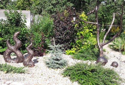 Чем же порадовать любимый сад? Почему бы не новыми малыми архитектурными формами?! Это пень - добрый дух нашего сада. фото 18