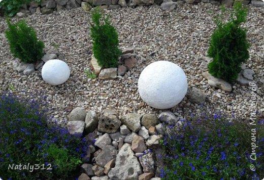 Чем же порадовать любимый сад? Почему бы не новыми малыми архитектурными формами?! Это пень - добрый дух нашего сада. фото 29