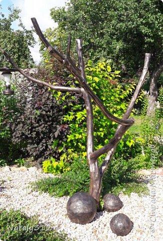Чем же порадовать любимый сад? Почему бы не новыми малыми архитектурными формами?! Это пень - добрый дух нашего сада. фото 31