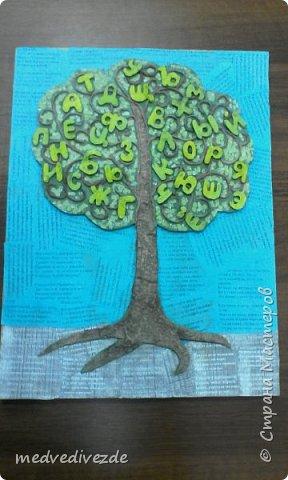 Решили с детьми сделать Дерево Знаний к началу учебного года. На кусок фанеры наклеили обрезки со стихотворениями. Из картона вырезали  силуэт дерева. Скрутили жгутики из салфеток. Сделали из них веточки. Буквы вырезали из картона.   фото 1