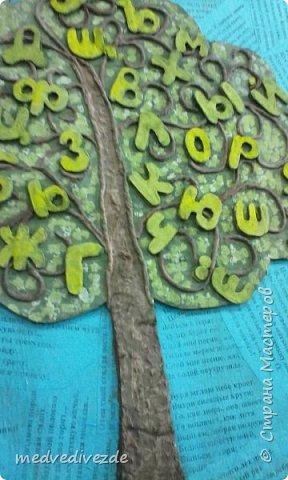 Решили с детьми сделать Дерево Знаний к началу учебного года. На кусок фанеры наклеили обрезки со стихотворениями. Из картона вырезали  силуэт дерева. Скрутили жгутики из салфеток. Сделали из них веточки. Буквы вырезали из картона.   фото 3