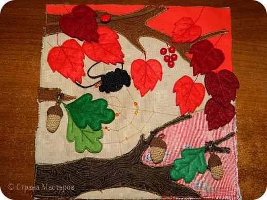 Каждая страничка в этой книжке посвящена цвету радуги. Красная - паучок путешествует по паутине, желуди на крючках, листья разного оттенка красного. фото 1