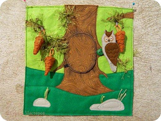 Каждая страничка в этой книжке посвящена цвету радуги. Красная - паучок путешествует по паутине, желуди на крючках, листья разного оттенка красного. фото 5
