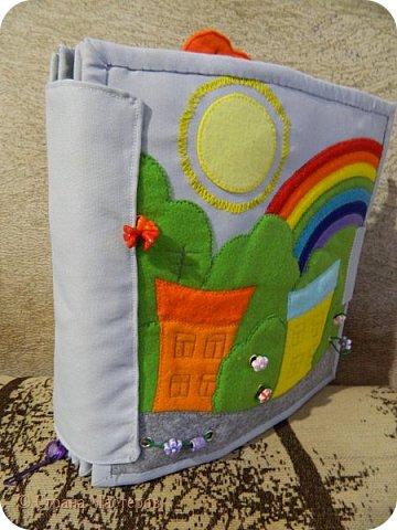 Каждая страничка в этой книжке посвящена цвету радуги. Красная - паучок путешествует по паутине, желуди на крючках, листья разного оттенка красного. фото 11