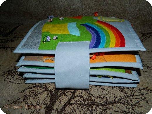 Каждая страничка в этой книжке посвящена цвету радуги. Красная - паучок путешествует по паутине, желуди на крючках, листья разного оттенка красного. фото 12