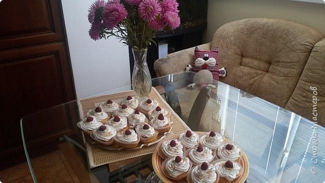 В один из выходных дней, оставшись дома, мы с сыном решили попробовать испечь малиновые кексы. Кексы получились очень нежные и вкусные. А чтобы не потерять рецепт хочу поделиться им здесь, на страницах моего любимого сайта Страны Мастеров. фото 2