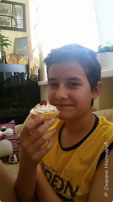 В один из выходных дней, оставшись дома, мы с сыном решили попробовать испечь малиновые кексы. Кексы получились очень нежные и вкусные. А чтобы не потерять рецепт хочу поделиться им здесь, на страницах моего любимого сайта Страны Мастеров. фото 3