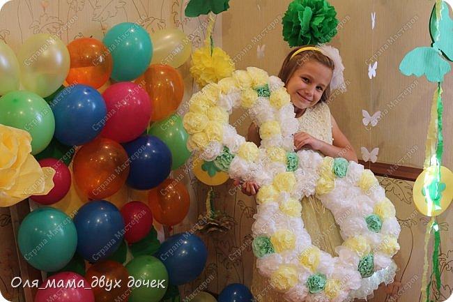 9 сентября мы отмечали День Рождения Лизы.Ей исполнилось 8 лет. Первые дни сентября нагоняли на Лизу тоску. В школу ей никак не хотелось,а хотелось продолжения лета и  тепла.И мы решили поднять Лизавете настроение!!!!! Два дня мы с Алиной вырезали,склеивали,сворачивали и вот что из этого получилось.Использовали Лизины любимые цвета- желтый и зеленый..Сделали гирлянду, объемную цифру восемь и бумажные цветы.  фото 4