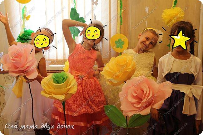9 сентября мы отмечали День Рождения Лизы.Ей исполнилось 8 лет. Первые дни сентября нагоняли на Лизу тоску. В школу ей никак не хотелось,а хотелось продолжения лета и  тепла.И мы решили поднять Лизавете настроение!!!!! Два дня мы с Алиной вырезали,склеивали,сворачивали и вот что из этого получилось.Использовали Лизины любимые цвета- желтый и зеленый..Сделали гирлянду, объемную цифру восемь и бумажные цветы.  фото 11