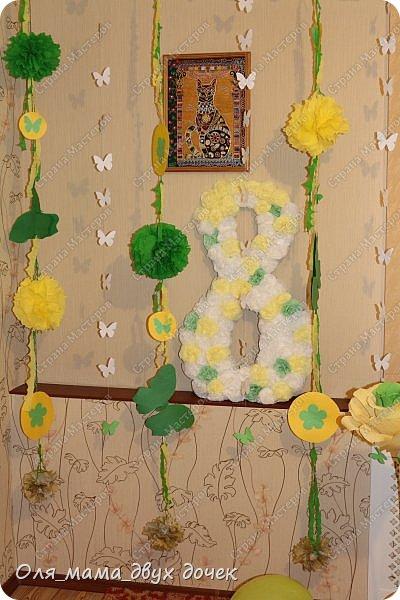 9 сентября мы отмечали День Рождения Лизы.Ей исполнилось 8 лет. Первые дни сентября нагоняли на Лизу тоску. В школу ей никак не хотелось,а хотелось продолжения лета и  тепла.И мы решили поднять Лизавете настроение!!!!! Два дня мы с Алиной вырезали,склеивали,сворачивали и вот что из этого получилось.Использовали Лизины любимые цвета- желтый и зеленый..Сделали гирлянду, объемную цифру восемь и бумажные цветы.  фото 5