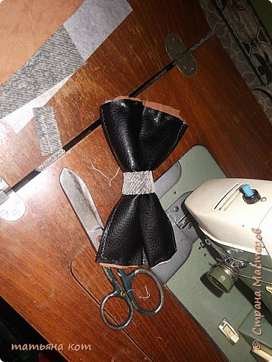 нам потребуется : основная ткань для клатча , сантиметровая лента , подкладочная ткань , флизелин , фломастер , нитки для шитья , портновские булавки , линейка , застежка молния ( 18 см ) , ножницы. фото 6