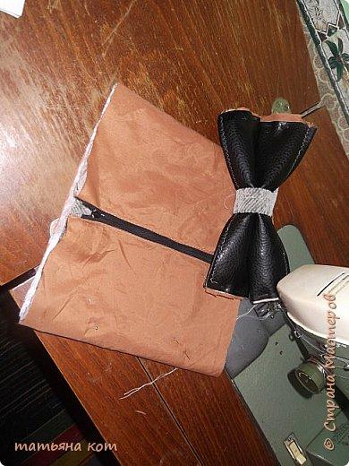 нам потребуется : основная ткань для клатча , сантиметровая лента , подкладочная ткань , флизелин , фломастер , нитки для шитья , портновские булавки , линейка , застежка молния ( 18 см ) , ножницы. фото 7