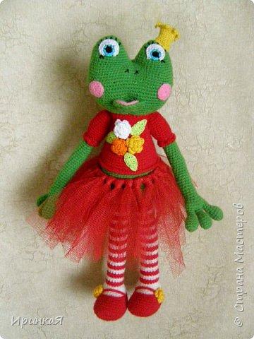Связалась у меня модница Царевна-лягушка по МК Дианы Пацкун. Я влюбилась в нее с первого взгляда она мне ответила взаимностью и не капризничала весь процесс создания. Рост игрушки 37 см без короны) фото 1