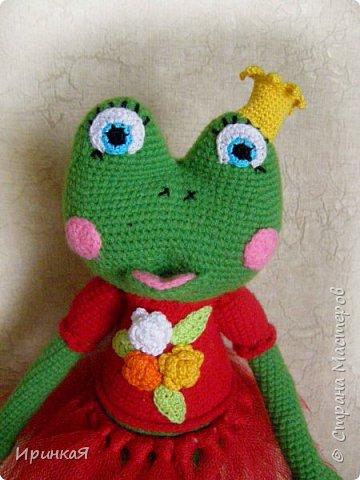 Связалась у меня модница Царевна-лягушка по МК Дианы Пацкун. Я влюбилась в нее с первого взгляда она мне ответила взаимностью и не капризничала весь процесс создания. Рост игрушки 37 см без короны) фото 2