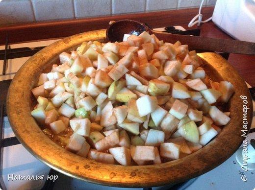 Помню с детства яблочное варенье было самое не любимое, в первую очередь всегда ели клубничное, малиновое, вишневое, все, кроме яблочного. Оно всегда стояло до весны, часто портилось. Когда встал вопрос: что делать с огромным количеством яблок, конечно надовила кучу литров сока, часть на сидр поставила, насушила, но обычное варенье очень не хотелось варить. И вот начала шерстить рецепты, что-то сама додумала и получился шедевр. Все кто пробует, говорят, что вкуснее ничего не пробовали. Делюсь рецептом: фото 7