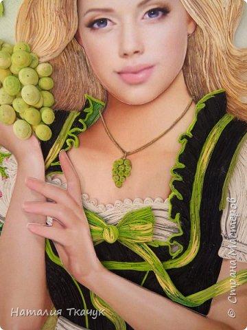 Здравствуйте, дорогие друзья, жители замечательной Страны Мастеров!!!! Сегодня я к вам с осенней работой. Вот и сложилась у меня коллекция . Как всегда  в работе использовала несколько техник ( сама девушка и виноград  - квиллинг, листья винограда - бумагоплпстика, горы - папье-маше, деревья, виноградники - торцевание. Фон - бумага для пастели, тонировала мелками для пастели, бумажные полосы - 1,5 мм. Формат картины - 40 х 40 см.  Приятного просмотра!    фото 11