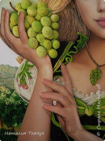 Здравствуйте, дорогие друзья, жители замечательной Страны Мастеров!!!! Сегодня я к вам с осенней работой. Вот и сложилась у меня коллекция . Как всегда  в работе использовала несколько техник ( сама девушка и виноград  - квиллинг, листья винограда - бумагоплпстика, горы - папье-маше, деревья, виноградники - торцевание. Фон - бумага для пастели, тонировала мелками для пастели, бумажные полосы - 1,5 мм. Формат картины - 40 х 40 см.  Приятного просмотра!    фото 7