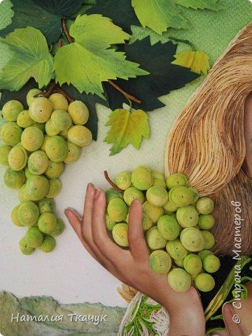 Здравствуйте, дорогие друзья, жители замечательной Страны Мастеров!!!! Сегодня я к вам с осенней работой. Вот и сложилась у меня коллекция . Как всегда  в работе использовала несколько техник ( сама девушка и виноград  - квиллинг, листья винограда - бумагоплпстика, горы - папье-маше, деревья, виноградники - торцевание. Фон - бумага для пастели, тонировала мелками для пастели, бумажные полосы - 1,5 мм. Формат картины - 40 х 40 см.  Приятного просмотра!    фото 8