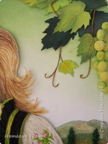 Здравствуйте, дорогие друзья, жители замечательной Страны Мастеров!!!! Сегодня я к вам с осенней работой. Вот и сложилась у меня коллекция . Как всегда  в работе использовала несколько техник ( сама девушка и виноград  - квиллинг, листья винограда - бумагоплпстика, горы - папье-маше, деревья, виноградники - торцевание. Фон - бумага для пастели, тонировала мелками для пастели, бумажные полосы - 1,5 мм. Формат картины - 40 х 40 см.  Приятного просмотра!    фото 9