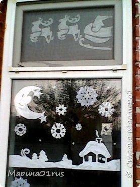 Хоть до нового года еще далеко. Но потихоньку начинаешь задумываться об украшении дома. Вот так мы с детками украшали окна в прошлом году. фото 2