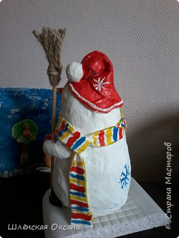 Доброго времени суток,Страна Мастеров!Ну вот и готов мой снеговичок Пушок.Это мой дебют в ватном папье-маше.Уж насколько он плох или хорошо узнаю по Вашим комментариям,для меня он уже любимый и самый милый! фото 5