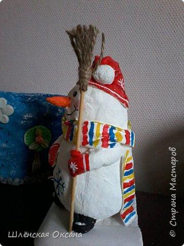 Доброго времени суток,Страна Мастеров!Ну вот и готов мой снеговичок Пушок.Это мой дебют в ватном папье-маше.Уж насколько он плох или хорошо узнаю по Вашим комментариям,для меня он уже любимый и самый милый! фото 3