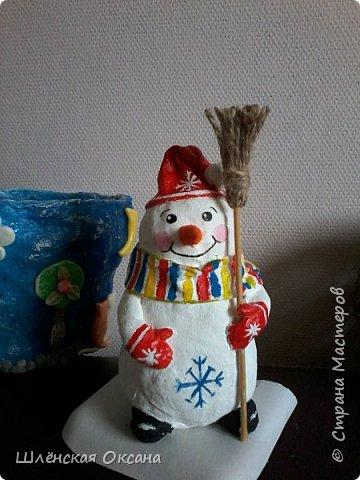 Доброго времени суток,Страна Мастеров!Ну вот и готов мой снеговичок Пушок.Это мой дебют в ватном папье-маше.Уж насколько он плох или хорошо узнаю по Вашим комментариям,для меня он уже любимый и самый милый! фото 7