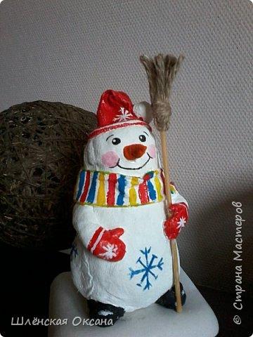 Доброго времени суток,Страна Мастеров!Ну вот и готов мой снеговичок Пушок.Это мой дебют в ватном папье-маше.Уж насколько он плох или хорошо узнаю по Вашим комментариям,для меня он уже любимый и самый милый! фото 1