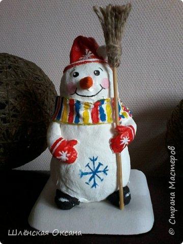 Доброго времени суток,Страна Мастеров!Ну вот и готов мой снеговичок Пушок.Это мой дебют в ватном папье-маше.Уж насколько он плох или хорошо узнаю по Вашим комментариям,для меня он уже любимый и самый милый! фото 2