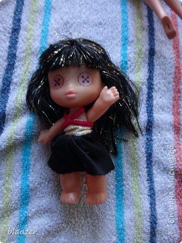Нашла я на барахолке вот такую малышку. Понравилась форма туловища, ножки, размер. А вот глазки... Чуть не передумала покупать, когда перевернула. Платьице родное, прошивка нормальная, и не затрепана ничуть. Решила лицо переделать. фото 1